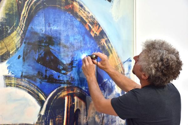 Mikroszkóp és neon: egy albán és egy izraeli művész Budapesten