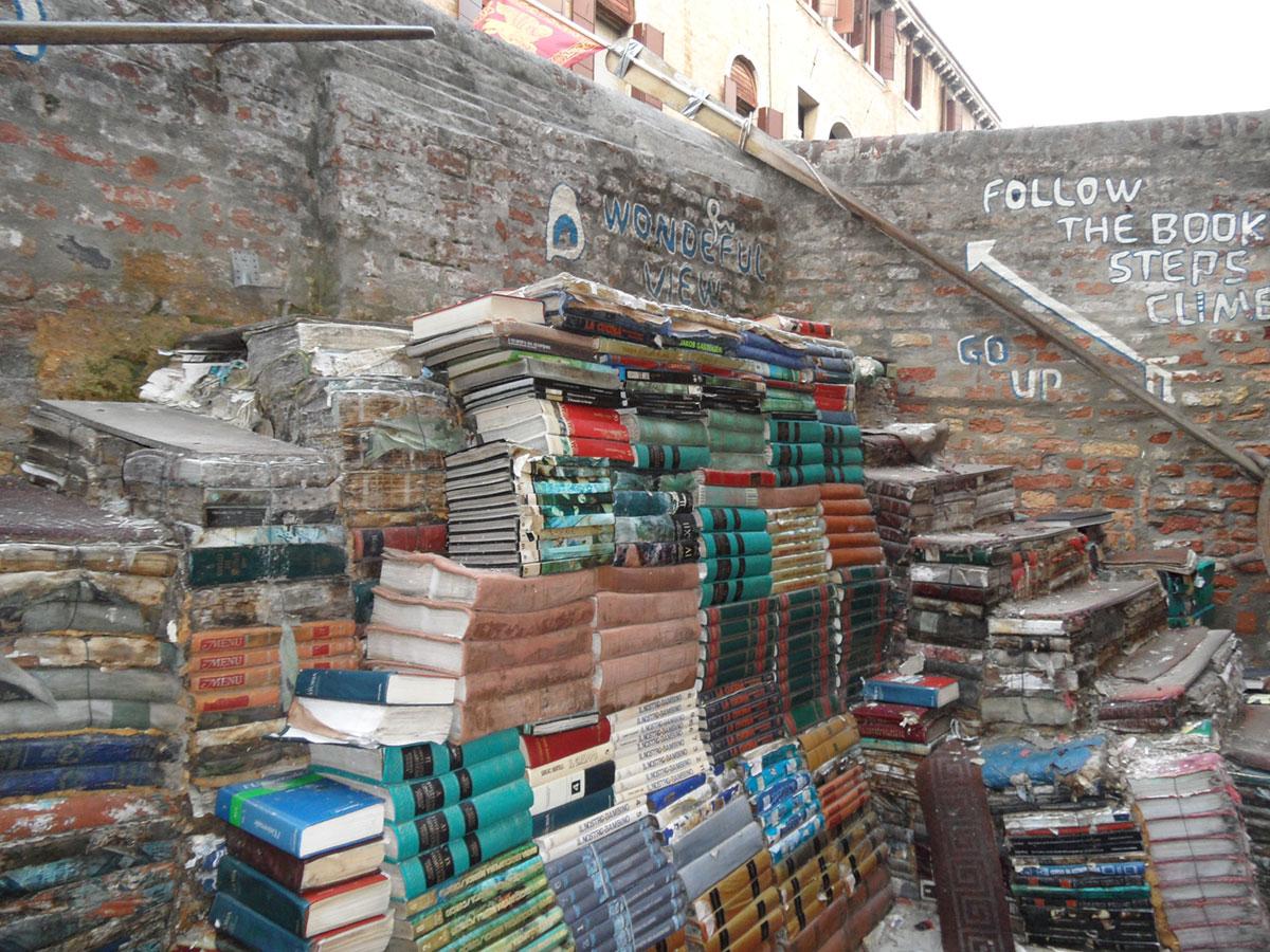 Könyvekből épült kilátópont a velencei Acqua Alta könyvesboltban