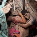 Egy utolsó ölelés a bangladesi romok alatt