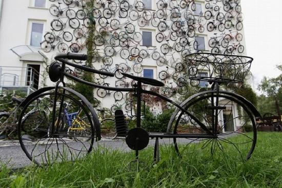 unusual-bike-shop-features-bicycle-bedecked-faade-2_vt6zz_11446_1366176587.jpg