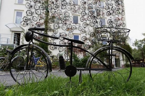 unusual-bike-shop-features-bicycle-bedecked-faade-2_vt6zz_11446_1366176587.jpg