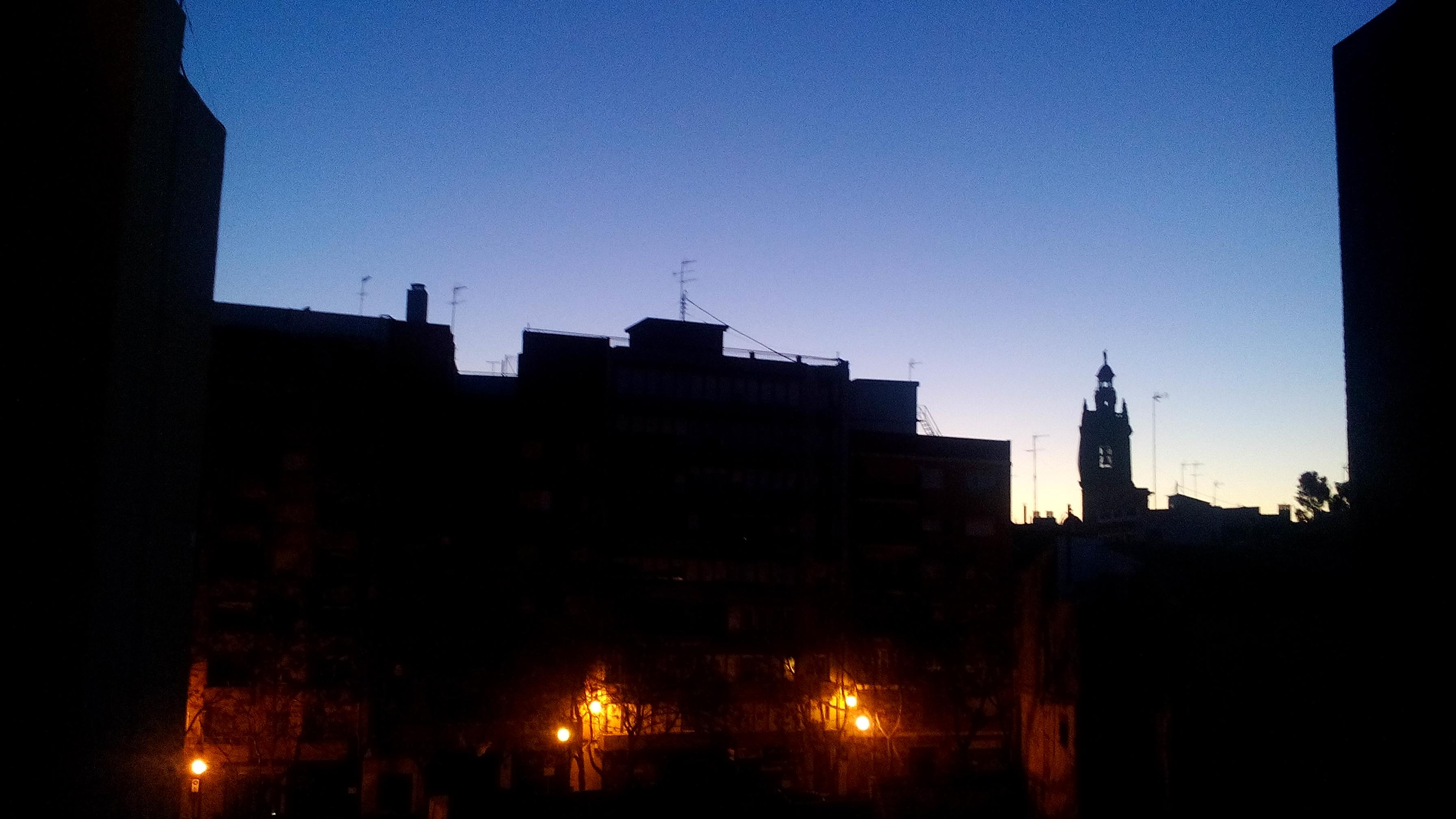 hajnali (reggel 7) kép. Persze  sosem kerek ilyen korán, csak a hajléktalanszállón. Ez a szálló konyhaablakából készült