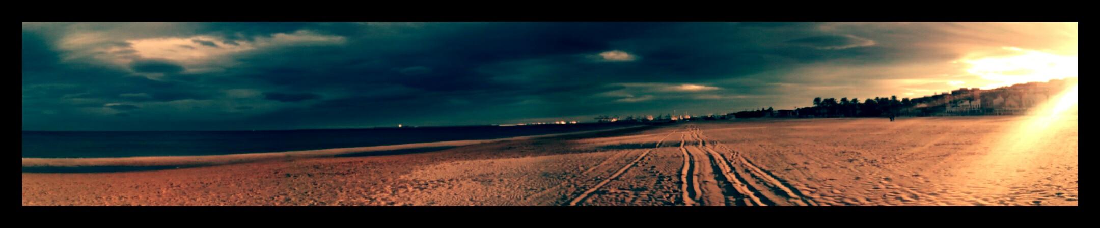 tengerpart a lemenő nap fényében
