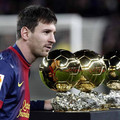 Messi négy aranylabdával a pályán