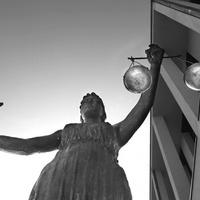 Mit jelent ma a bírói függetlenség a bírósági szervezeten belül?
