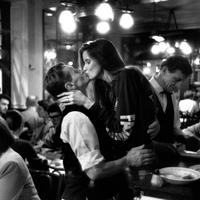 Peter Turnley: Francia csók – Szerelmespárok Párizs utcáin