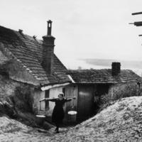 A hét fotója  #243 -  André Kertész: Vízhordó leány, Esztergom, 1918. április