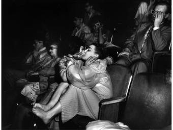 Weegee: Szerelmesek a moziban, c. 1940
