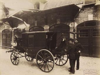 Klösz György: Budapesti mentőkocsik (1896)