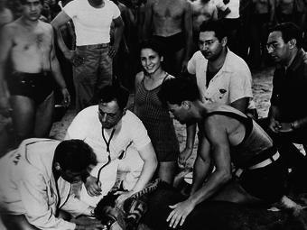 Weegee: Vízbefúlt férfi Coney Island-en, New York, 1940
