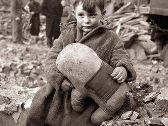 Toni Frissell: Elárvult kisfiú ül otthona romjain (1945)