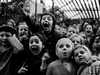 Kép-kockák #18 – Alfred Eisenstaedt: Gyerekek a bábszínházban (1963)