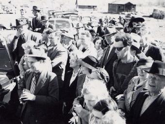 """75 éve készült a rejtélyes fotó az """"időutazóról"""""""
