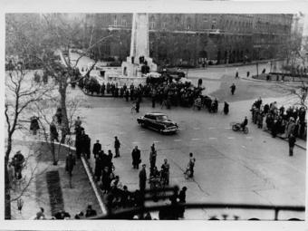 Soha nem látott 1956-os képek, melyek az Amerikai Nagykövetség erkélyéről készültek