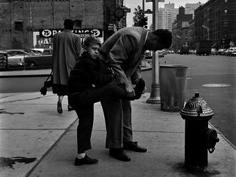 Egy 66 éves férfi felismerte magát ezen a Vivian Maier fotón