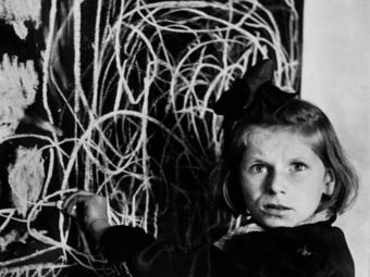 Kép-kockák #25 - A leghíresebb lengyel gyerekfotó története - David 'Chim' Seymour: Tereska lerajzolja az otthonát (1948)