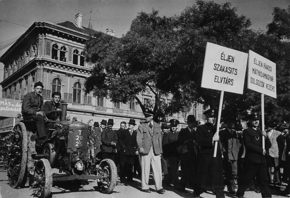 Fotó: Robert Capa: Felvonulók Budapesten 1948-ban © Robert Capa © International Center of Photography, New York. Magyar Nemzeti Múzeum gyűjteménye