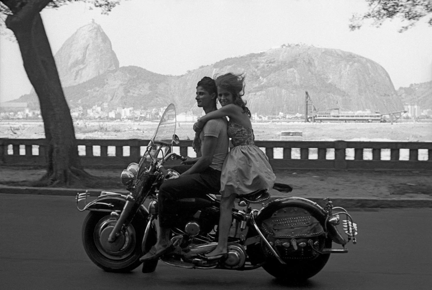 Fotó: Frank Horvat: Rio De Janeiro Couple on a Harley Davidson Bike, 1963 © Frank Horvat