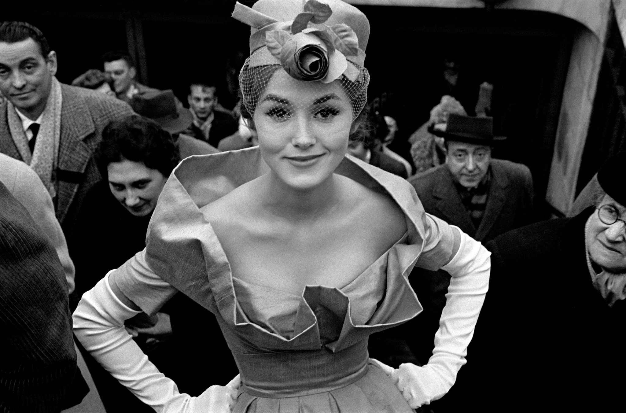 Fotó: Frank Horvat: Métro Exit, Monique Dutto, Paris 1959 © Frank Horvat