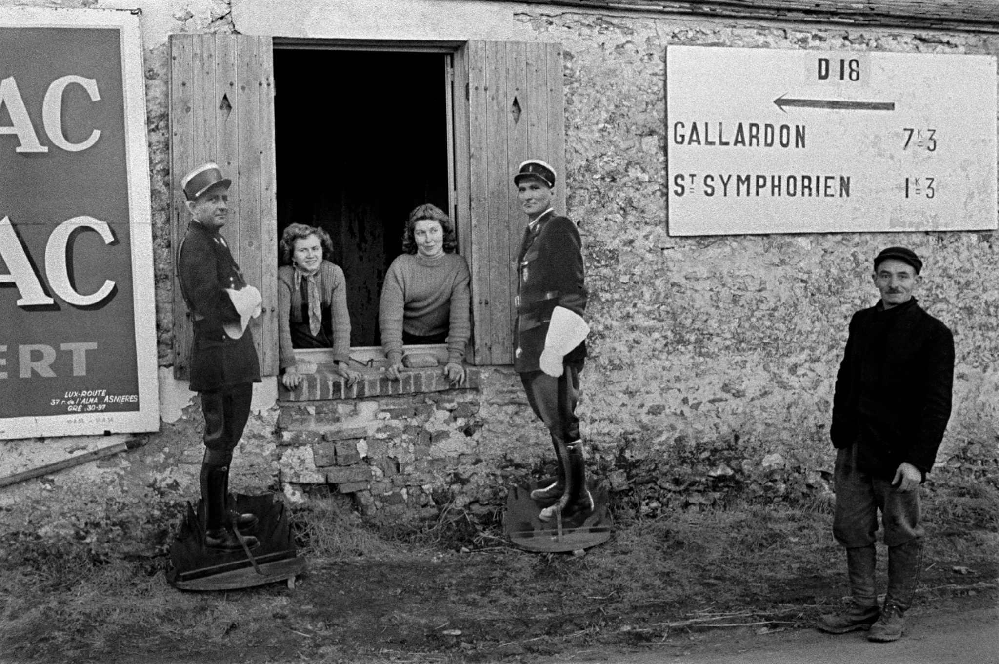 Fotó: Frank Horvat: Fake Policemen, Gallardon, France, 1956 © Frank Horvat