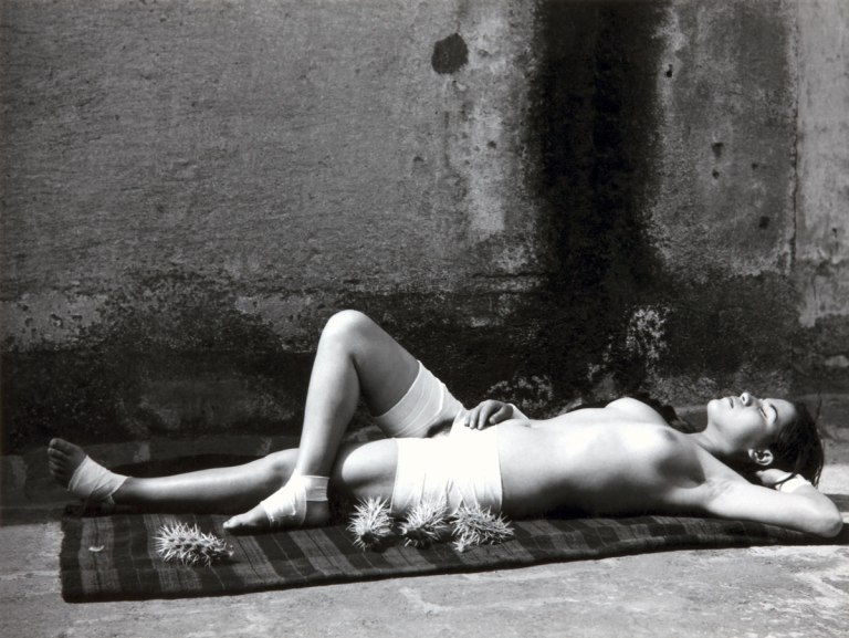 Fotó: Manuel Álvarez Bravo: The Good Reputation Sleeping (La buena fama durmiendo / La Bonne Renommée endormie), 1938 © Colette Urbajtel / Archivo Manuel Álvarez Bravo, s.c.