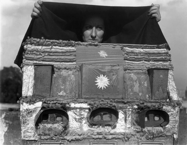 Fotó: Manuel Álvarez Bravo: Caja de visiones / Box of Visions, 1938 © Colette Urbajtel / Archivo Manuel Álvarez Bravo, s.c.