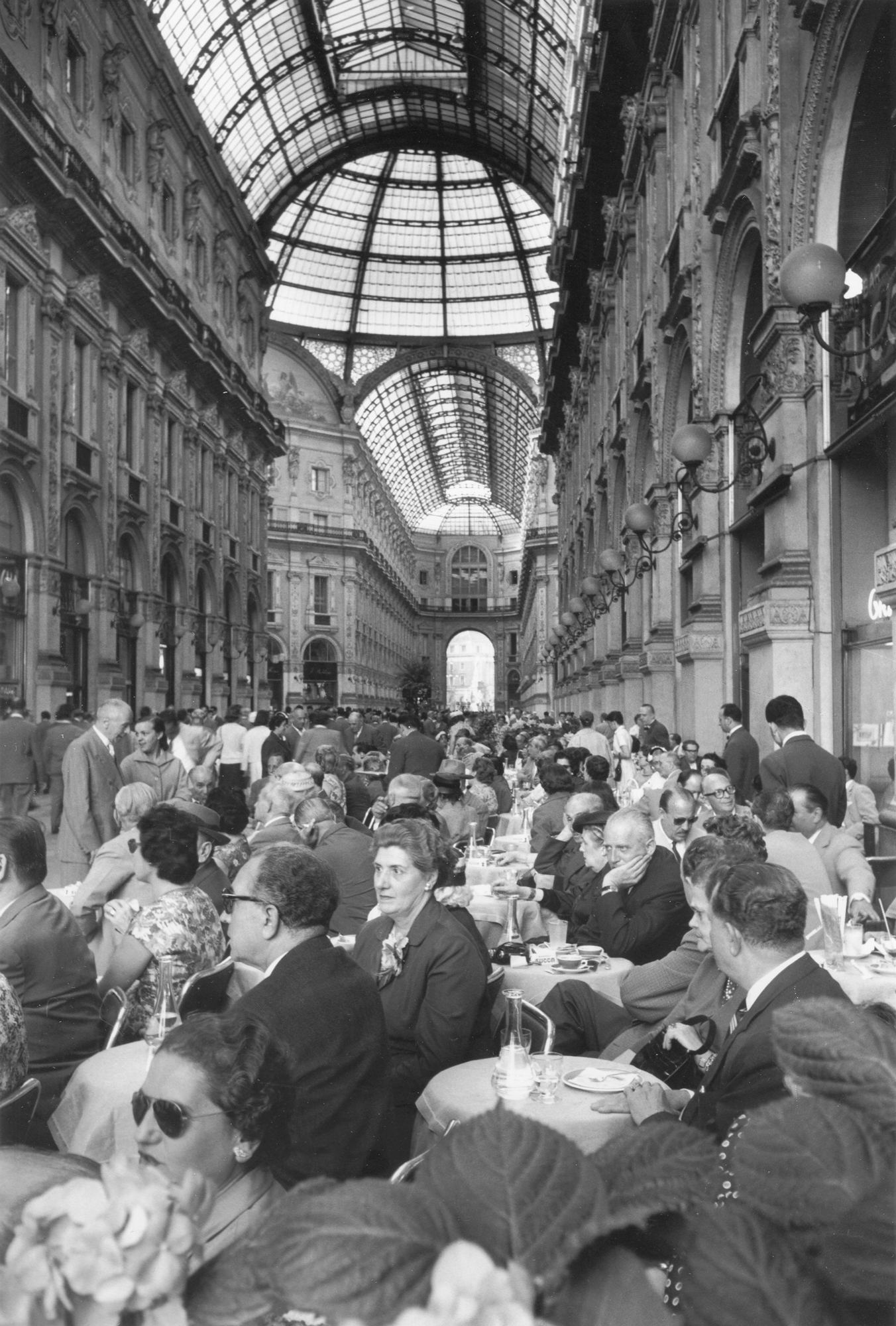 Fotó: Mario de Biasi: Galleria Vittorio Emanuele II, Milano, 1957 © Mario de Biasi/Mondadori Portfolio