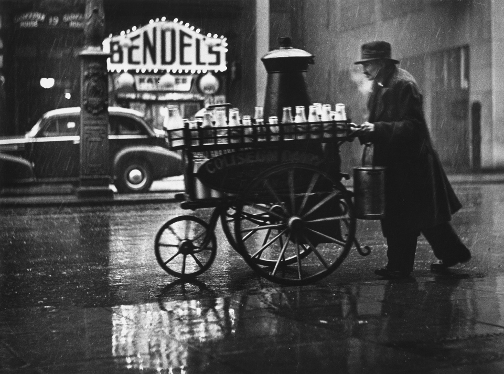 Fotó:Wolfgang Suschitzky: Tejesember, Charing Cross Road, London, 1935 © Wolfgang Suschitzky