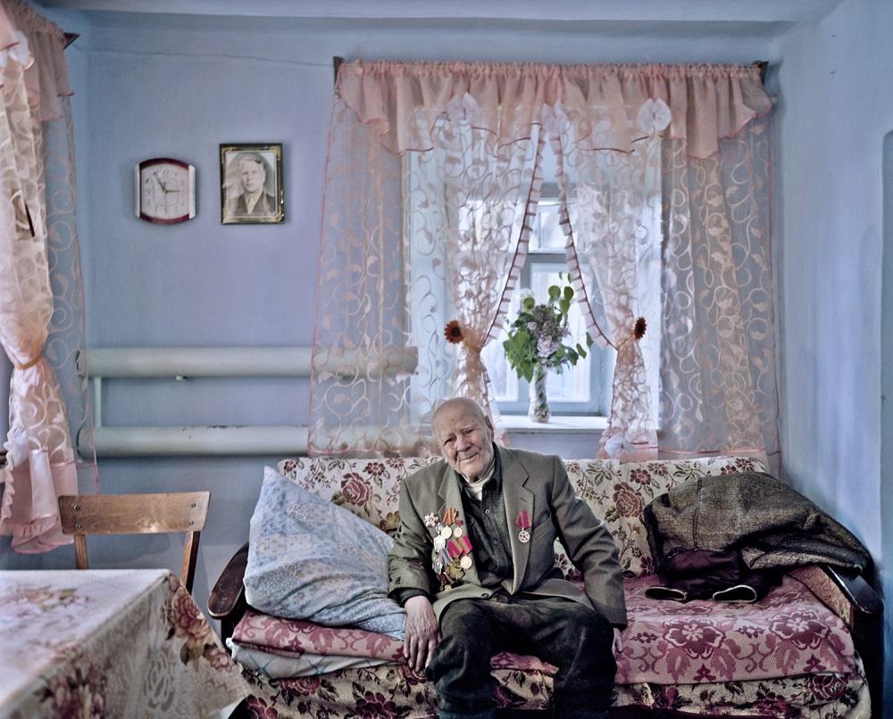 Fotó: Bácsi Róbert László: Bulgaz Mihail Mihajlovics 95 éves veterán Tocmagiuban. 2015. Részlet a Transznisztria sorozatból