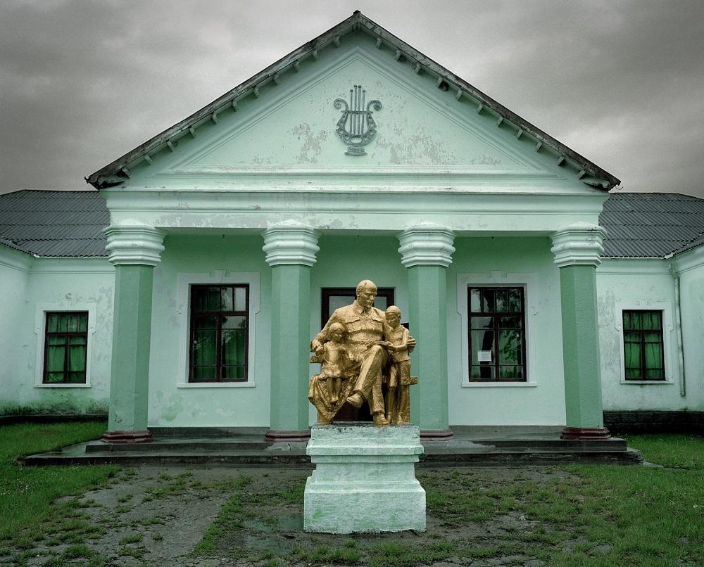 Fotó: Bácsi Róbert László: Aranyozott Lenin szobor a katerinovkai kultúrház udvarán. 2014. Részlet a Transznisztria sorozatból