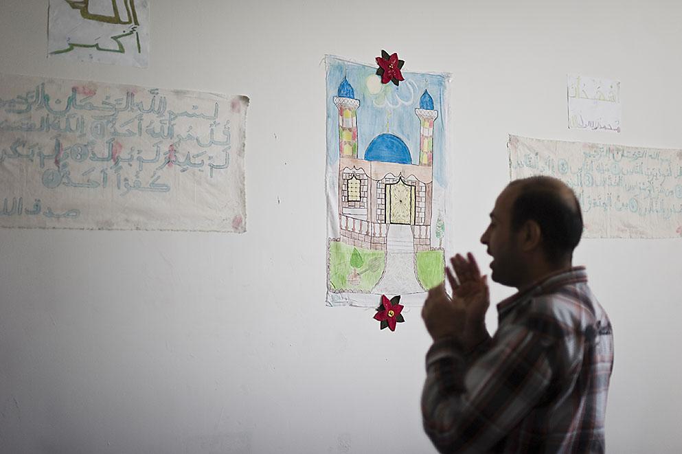 Fotó: Balázs Attila: Az imám, Altemimi Mehdi Saleh, Irakból érkezett ügyfél imádkozik a Szabolcs-Szatmár-Bereg megyei Őrzött Szálláshely imatermében, Nyírbátorban, 2012<br />