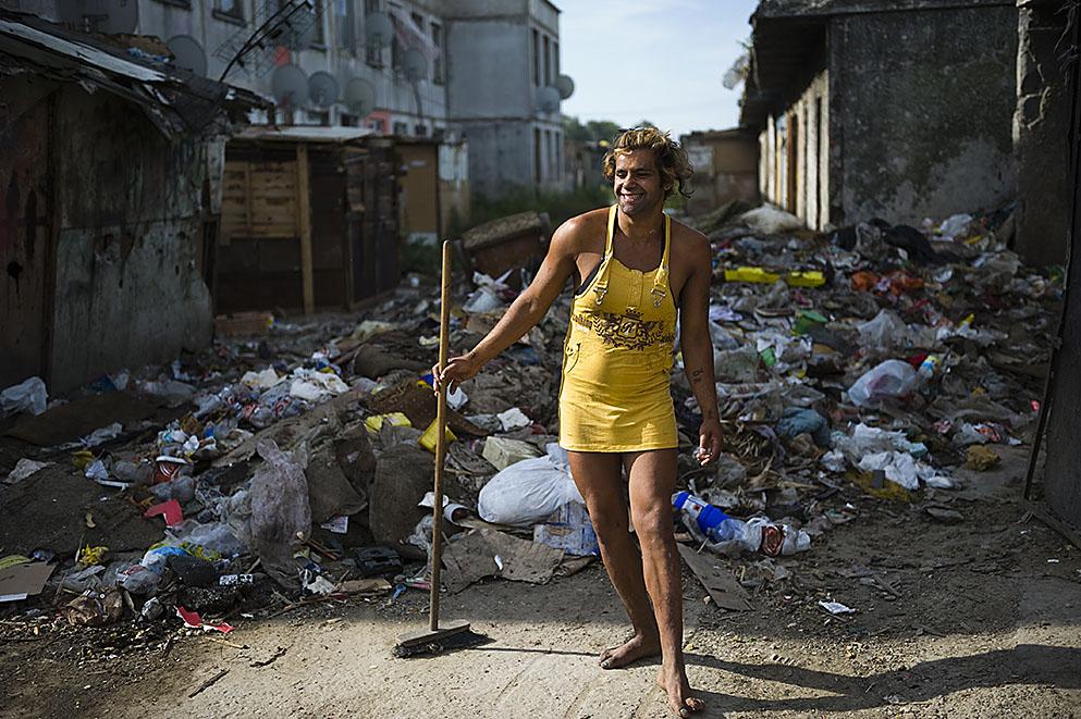 Fotó: Balázs Attila: A homoszexuális Demeter Andrej, becenevén Marika, pózol a kelet-szlovákiai Nagymihály (Michalovce) romatelepén. Amíg ő takarít, férfitársai többnyire guberálni mennek, 2010<br />