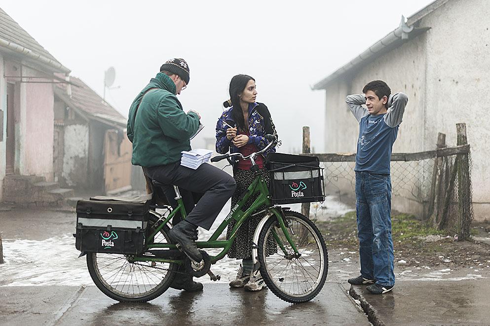 Fotó: Balázs Attila: Cigányasszony vár a családi pótlékra Tiszavasváriban. Részlet a Legyen cigány Magyarországon című sorozatból, 2011<br />