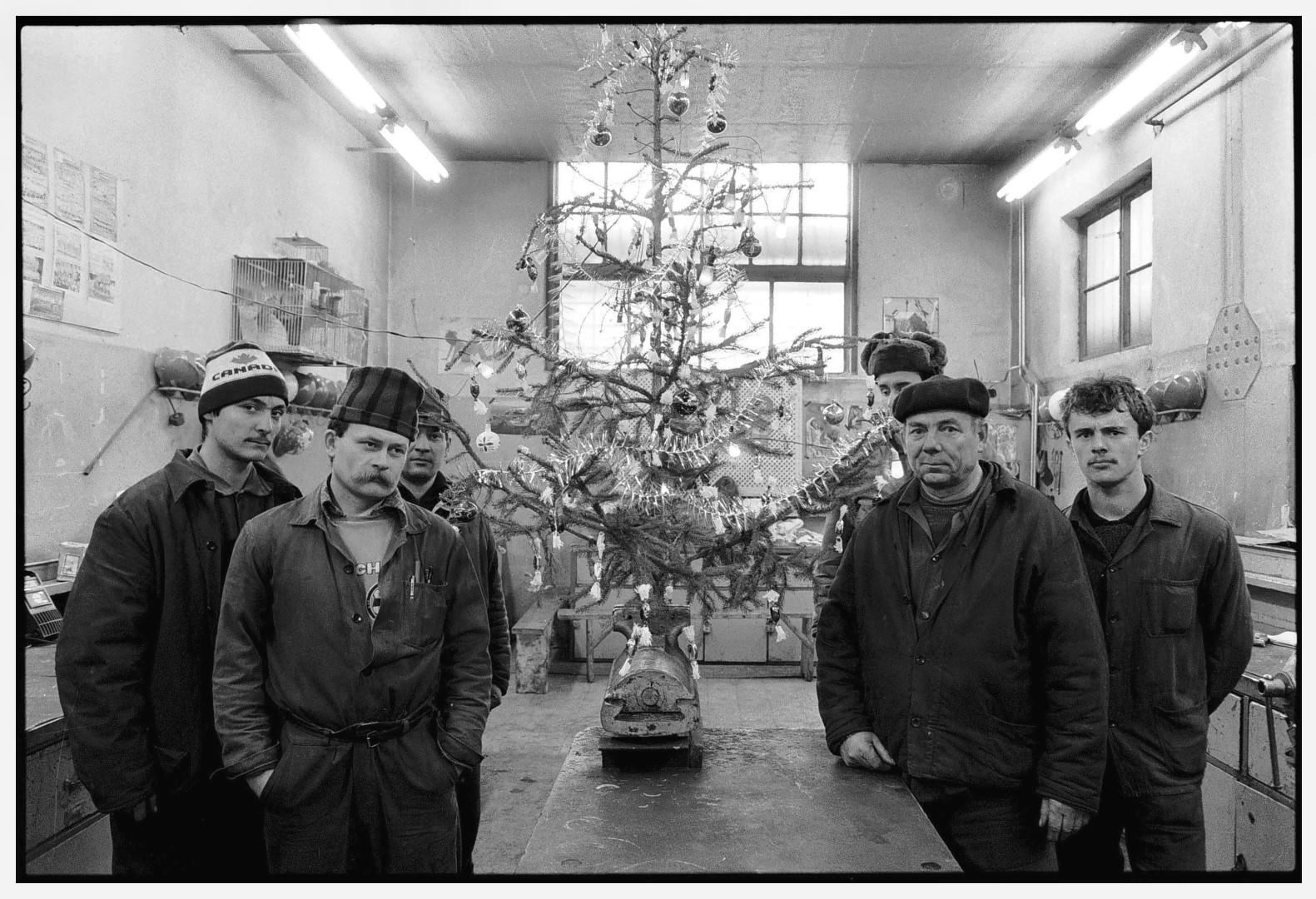 Fotó: Benkő Imre, Csőszerelő műhely, Ózd I Plumber's Workshop, Ózd, Hungary, 1989 © Benkő Imre