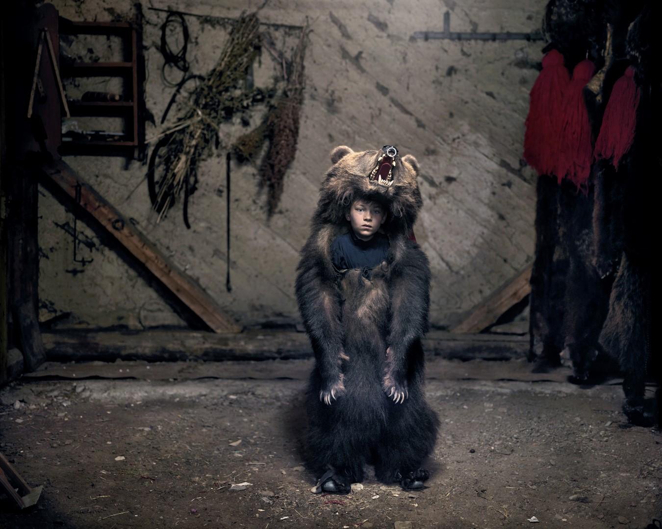 Fotó: Dezső Tamás, Ciprian a medvetáncos – Salatruc, Kelet-Románia I Ciprian, the Bear Dancer (Salatruc, East Romania), 2013 © Tamas Dezso