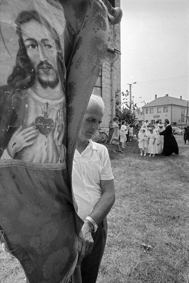 Fotó: Korniss Péter, Úrnapi körmenetben (A vendégmunkás sorozat) I At the Corpus Christi Procession (The Guest Worker series), 1983 © Korniss Péter/Courtesy of Várfok Galéria