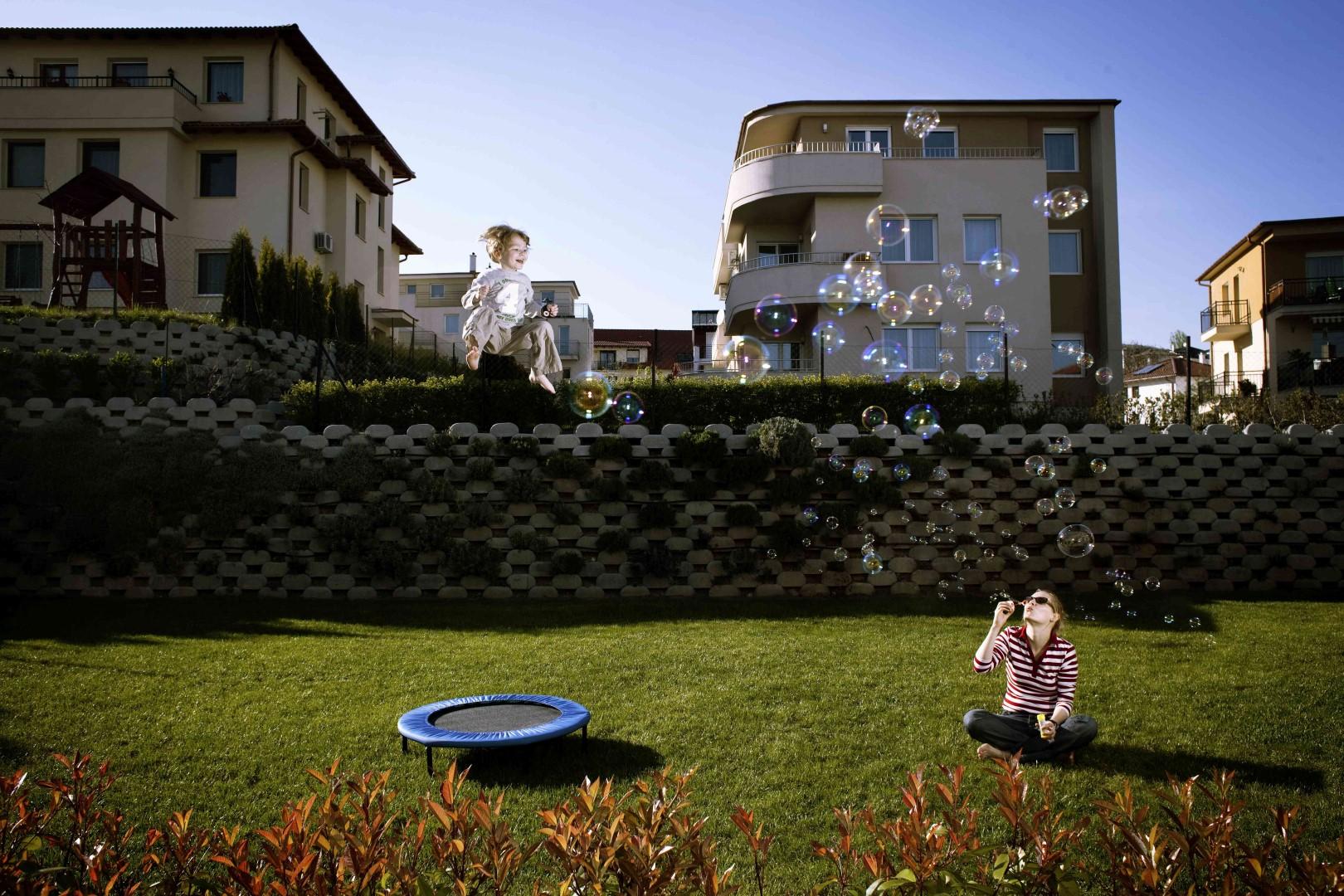 Fotó: Sopronyi Gyula, Gurabi Orsolya - GYES-en lévő anyuka kisfiával Simonnal (Lakóparkok sorozat) I Orsolya Gurabi on maternity leave with her son Simon (Residential Parks series), 2010-2011
