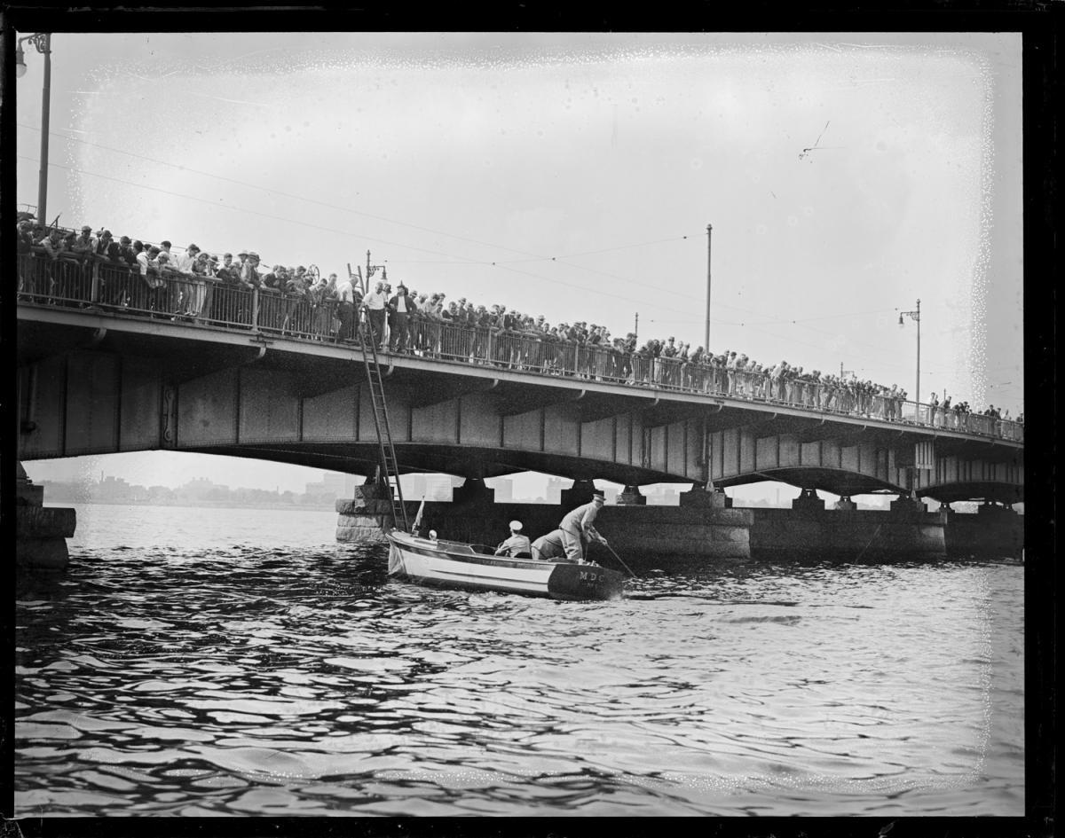 Fotó: Leslie Jones: Egy öngyilkosságot elkövető férfi hulláját emelik ki a Harward-híd közelében, Boston © Boston Public Library / Leslie Jones Collection