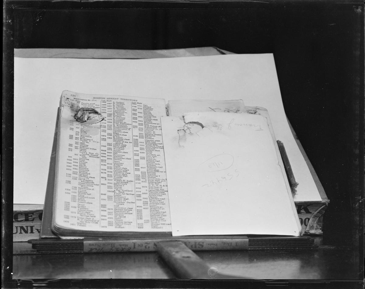 Fotó: Leslie Jones: Egy átlőtt könyv, mely megmentette egy rendőrségi alkalmazott, Francis J. Gannon életét, Boston © Boston Public Library / Leslie Jones Collection