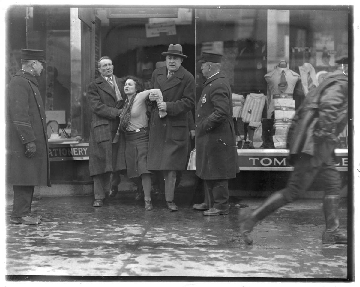 Fotó: Leslie Jones: Edith Berkman letartóztatása, Boston © Boston Public Library / Leslie Jones Collection