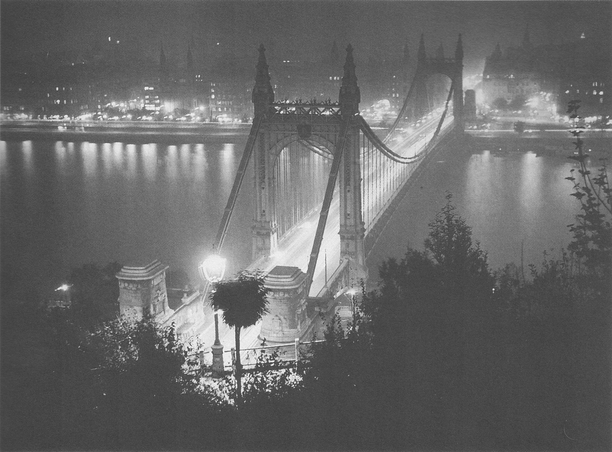 Fotó: Dulovits Jenő: Éjjeli felvétel a Dunán átívelő Erzsébet-hídról, 1930-as évek közepe © Fejér Zoltán gyűjteménye