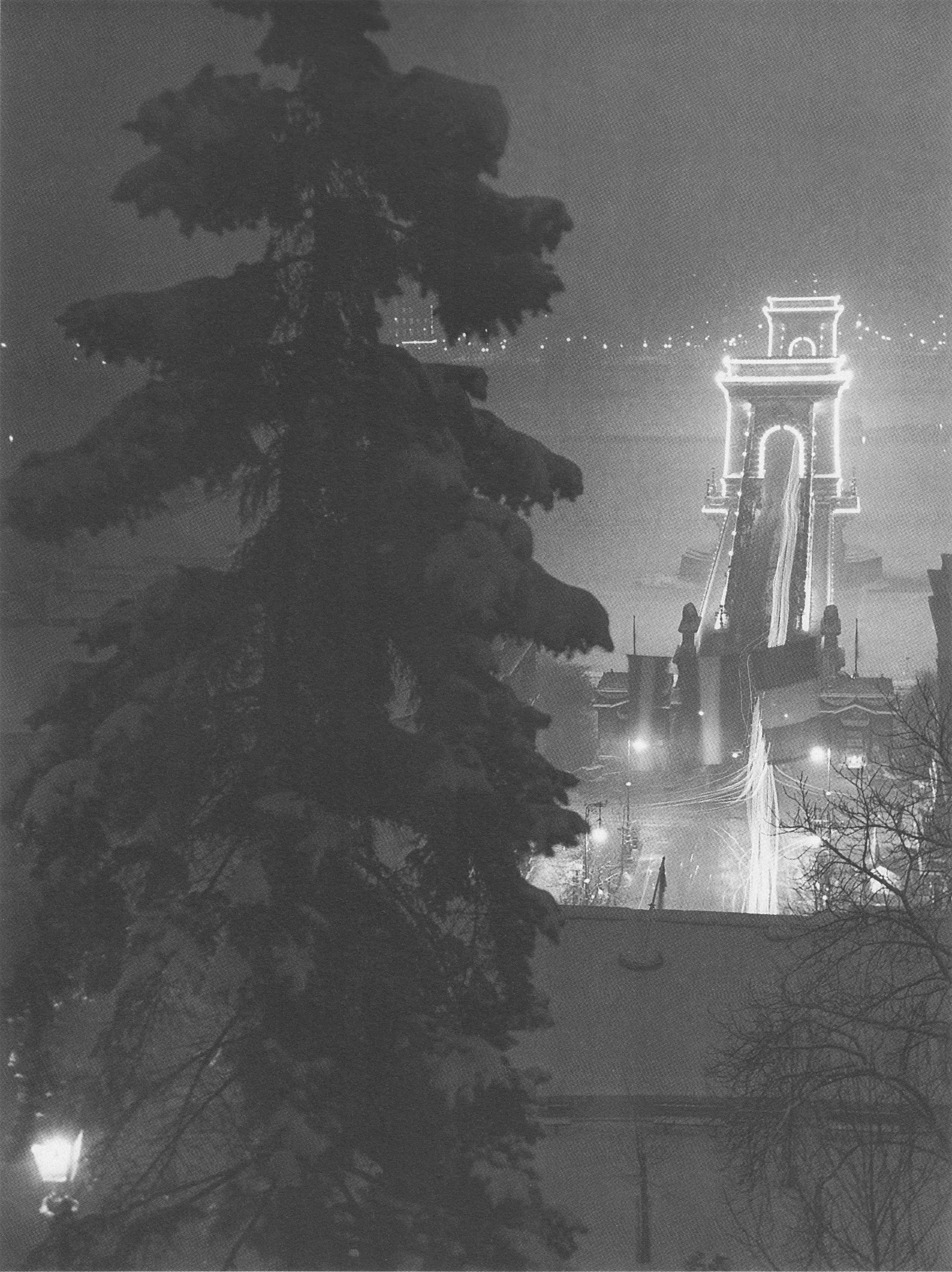 Fotó: Dulovits Jenő: A Lánchíd ünnepi díszkivilágítása egy téli estén, 1930-as évek vége © Fejér Zoltán gyűjteménye