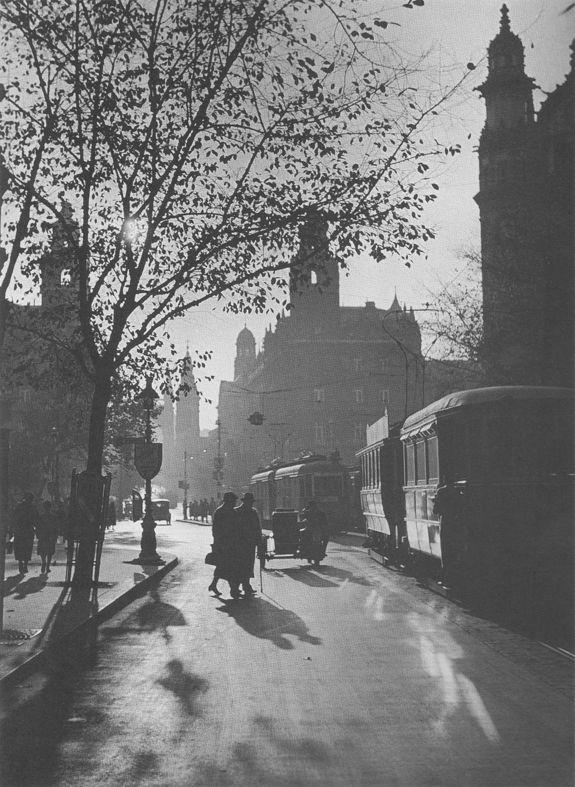 Fotó: Dulovits Jenő: Délutáni napfény a Ferenciek terén, 1930-as évek közepe © Fejér Zoltán gyűjteménye