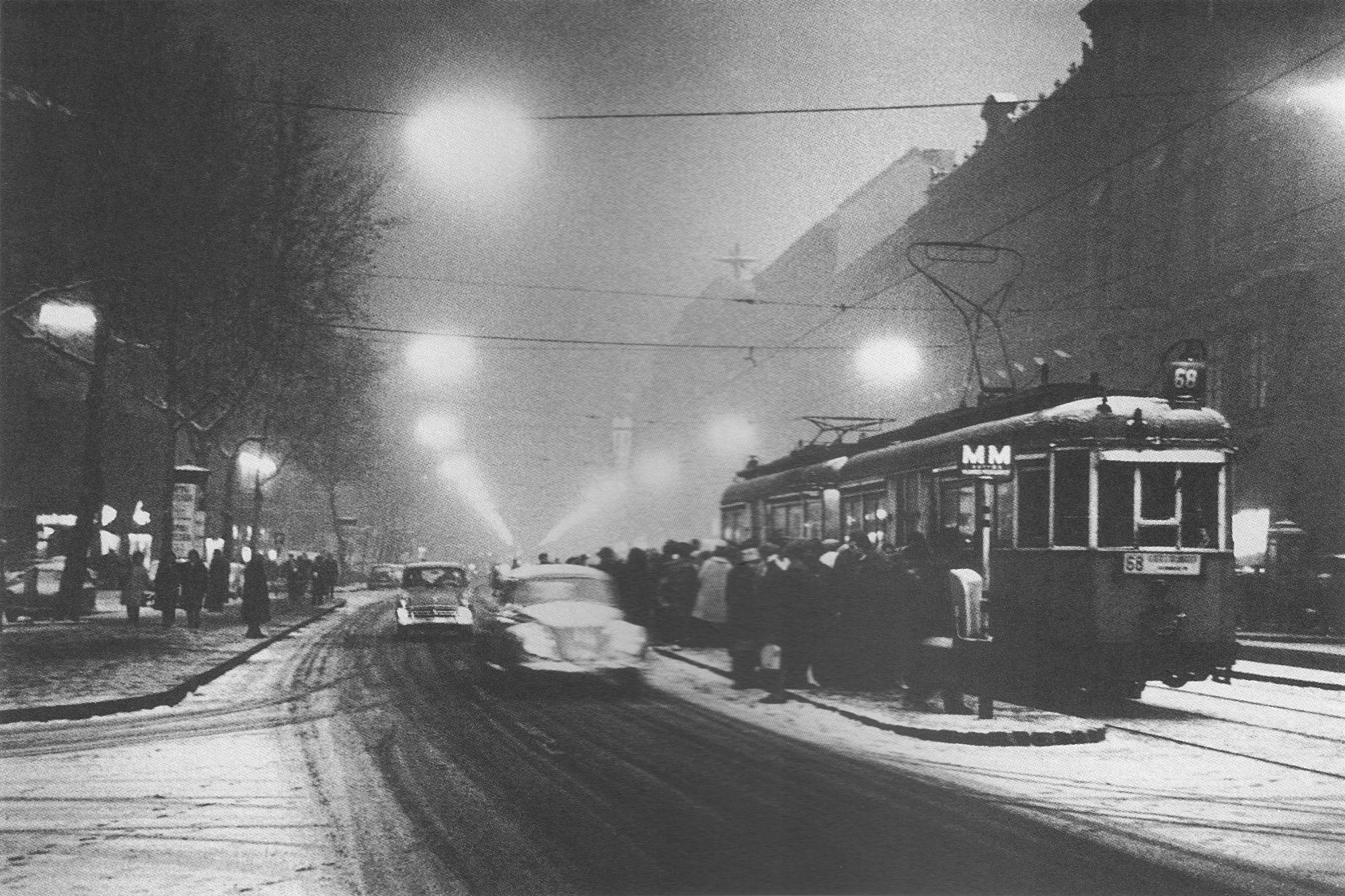 Fotó: Dulovits Jenő: Villamosmegálló a Rákóczi úton egy téli alkonyatban, 1958 körül. © Fejér Zoltán gyűjteménye