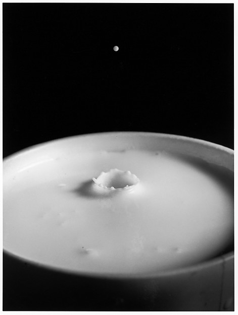 Fotó: Harold Edgerton: Milk Drop Falling Into Reservoir of Milk 1/9 © MIT, Harold Edgerton, 2014, courtesy of Palm Press, Inc.