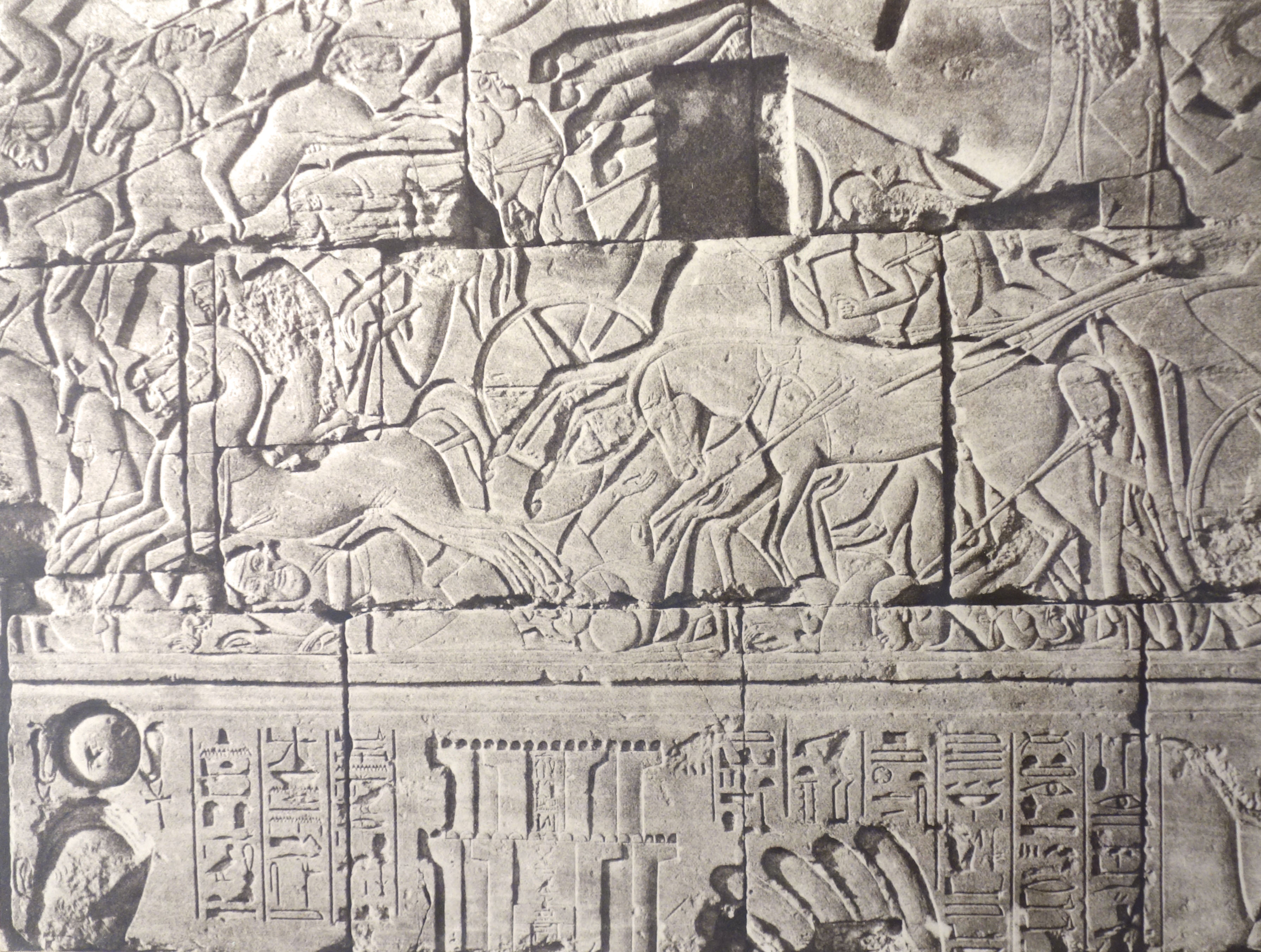 Fotó: Félix Teynard: Karnak. Dombormű a palota falán. Az oszlopcsarnok északi külső fala. Széthi elfoglalja Yenoamot, 1851–1852, 21,5 x 30,5 cm, új nagyítás papírnegatívról