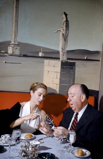 Fotó: Elliott Erwitt: Alfred Hitchcock és Vera Miles színésznő, New York, USA, 1957 © Elliott Erwitt / Magnum Photos