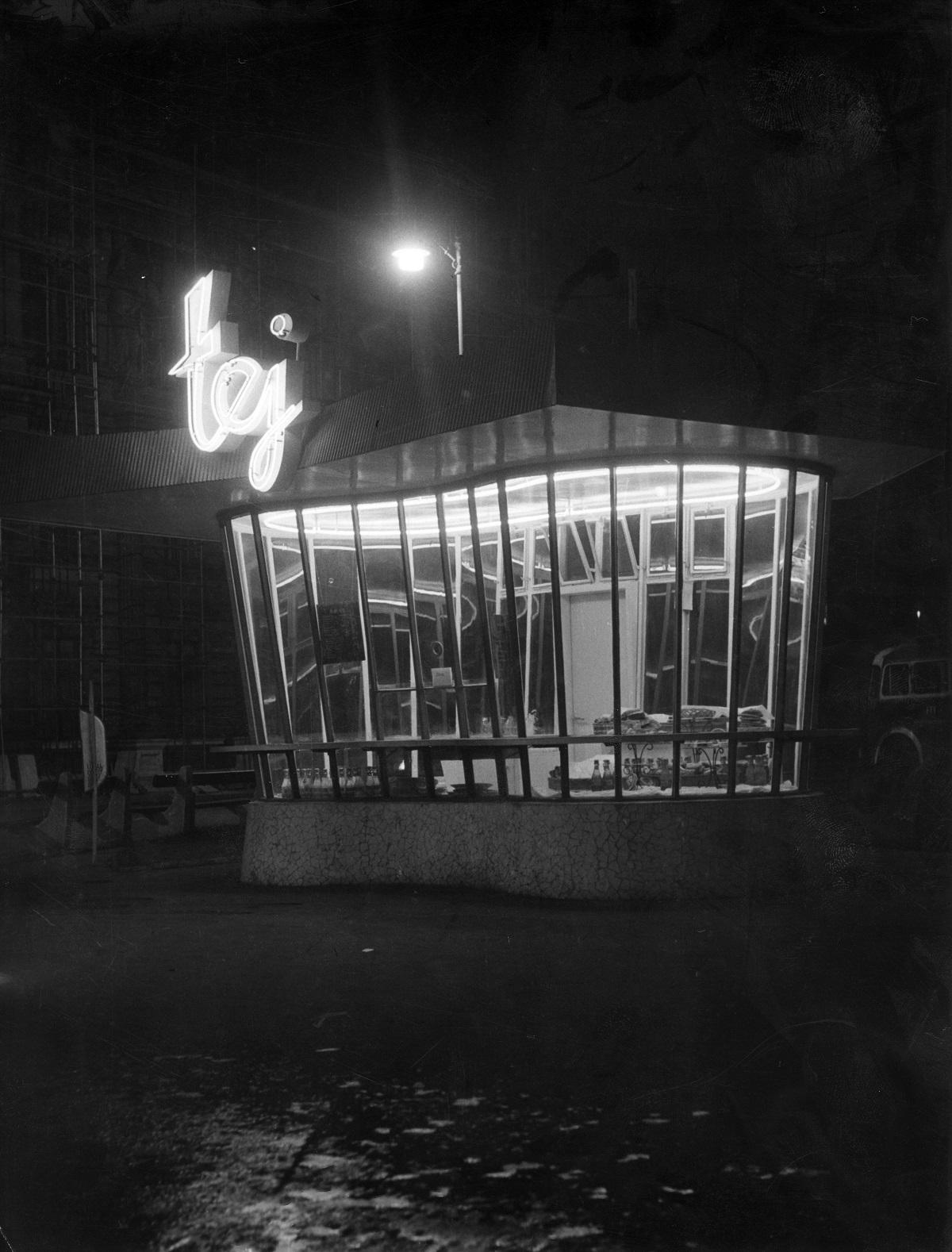 Fotó: Nyugati (Marx) tér, tejívó pavilon, Budapest VI. ker., Magyarország, 1964. Levéltári jelzet: HU_BFL_XV_19_c_11© Fortepan / Budapest Főváros Levéltára