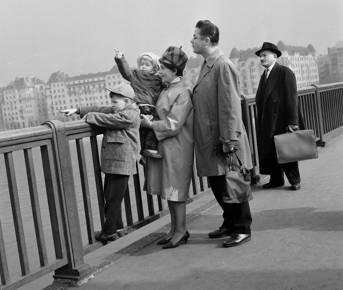 Fotó: Margit híd, háttérben a Palatinus házak, Budapest, Magyarország, 1964 © Fortepan / Hunyady József