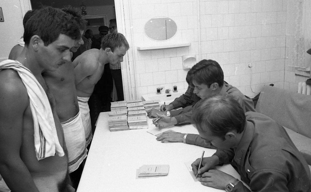 Fotó: Pécsi Határőrizeti Igazgatóság Siklósi Kiképző Bázis, bevonulás, Siklós, 1983 © Magyar Rendőr/fortepan.hu